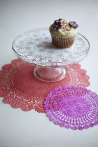 Truly scrumptious retro cake plate paper doilies