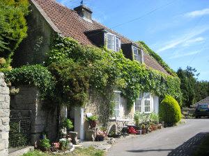 Cosy Houses: Chocolate box cottage in Batheaston