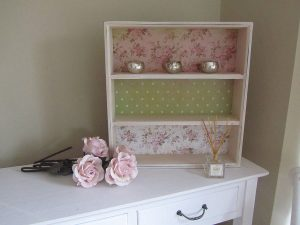How to create decorative wallpaper shelves