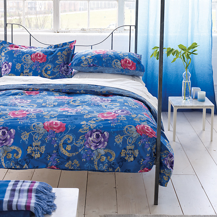 Cosy bedroom: Damask rose bedding by Designer's Guild