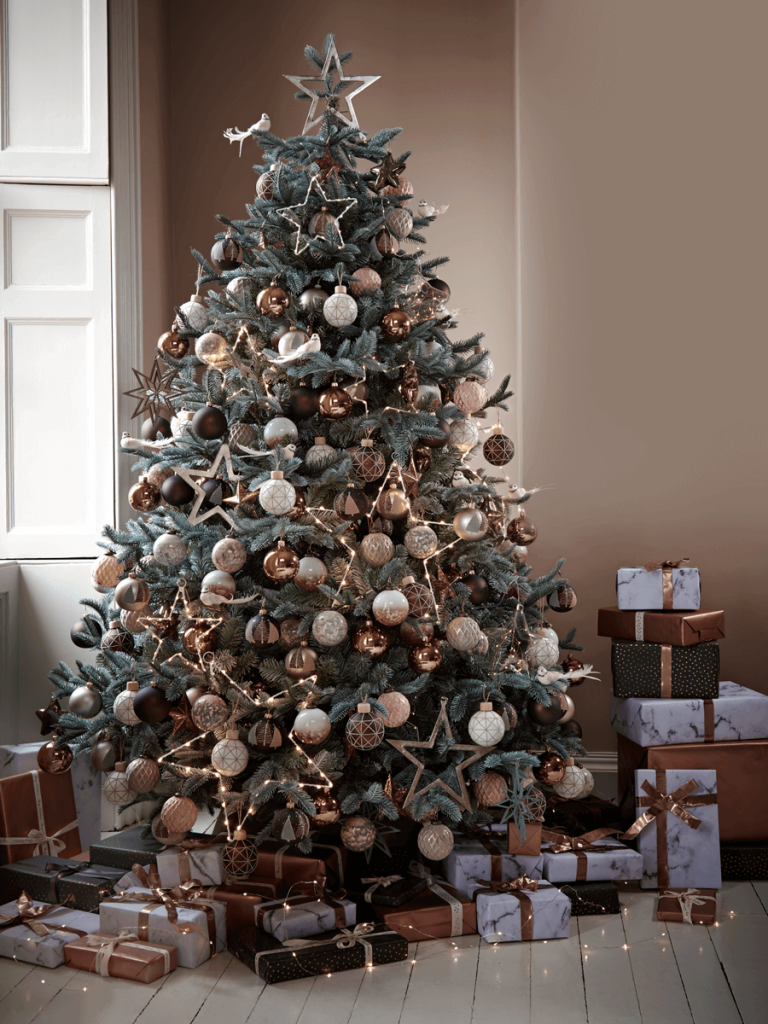 Doesn't this Christmas tree look stunning? Love how it's decorated
