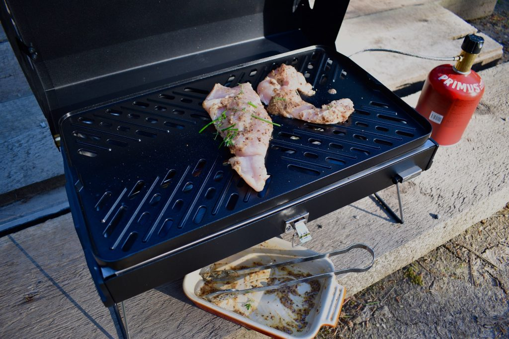 Cooking chicken on the Primus Kuchomo barbecue