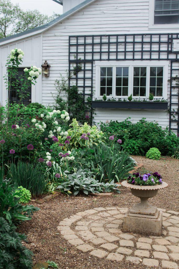 Pretty garden or backyard idea
